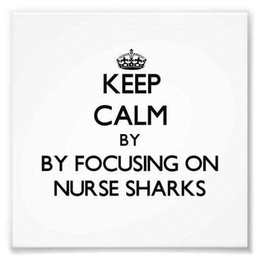 Guarde la calma centrándose en tiburones de enferm arte con fotos