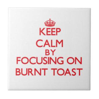 Guarde la calma centrándose en tostada quemada teja cerámica
