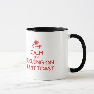 Guarde la calma centrándose en tostada quemada taza