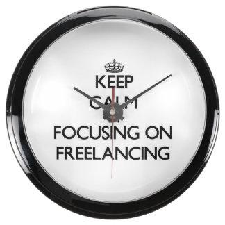 Guarde la calma centrándose en trabajar independie reloj aqua clock