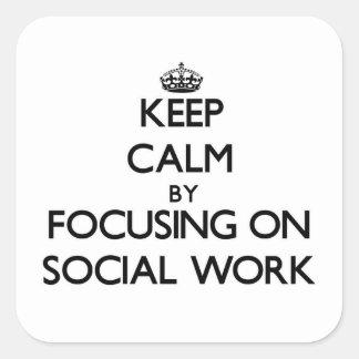 Guarde la calma centrándose en trabajo social pegatina cuadrada