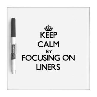 Guarde la calma centrándose en trazadores de línea tablero blanco
