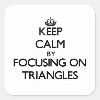 Guarde la calma centrándose en triángulos pegatina cuadradas personalizada