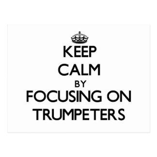 Guarde la calma centrándose en trompetistas tarjetas postales