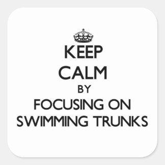 Guarde la calma centrándose en troncos de natación calcomanías cuadradass personalizadas