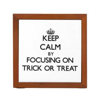 Guarde la calma centrándose en truco o la invitaci