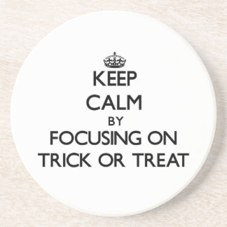 Guarde la calma centrándose en truco o la invitaci posavasos personalizados