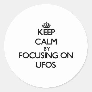 Guarde la calma centrándose en Ufos Etiquetas Redondas