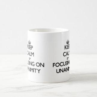 Guarde la calma centrándose en unanimidad taza de café
