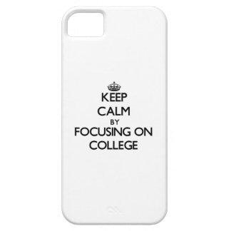 Guarde la calma centrándose en universidad iPhone 5 coberturas
