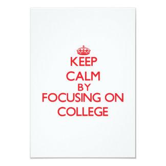 """Guarde la calma centrándose en universidad invitación 3.5"""" x 5"""""""
