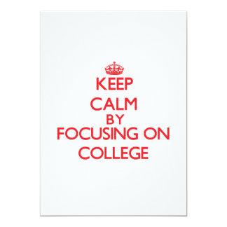 """Guarde la calma centrándose en universidad invitación 5"""" x 7"""""""