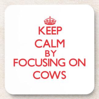 Guarde la calma centrándose en vacas posavaso