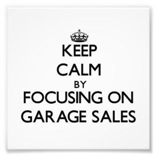 Guarde la calma centrándose en ventas de garaje impresiones fotográficas