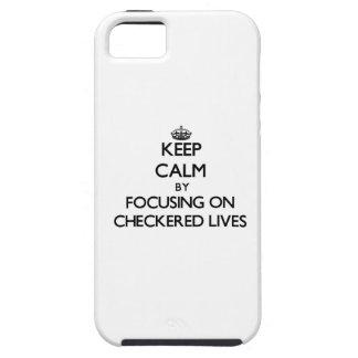Guarde la calma centrándose en vidas a cuadros iPhone 5 protectores