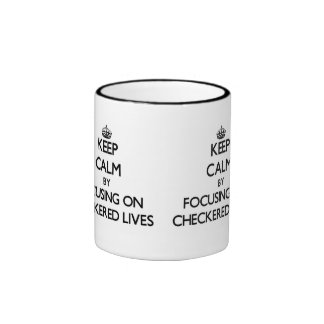 Guarde la calma centrándose en vidas a cuadros taza
