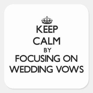Guarde la calma centrándose en votos de boda pegatina cuadrada