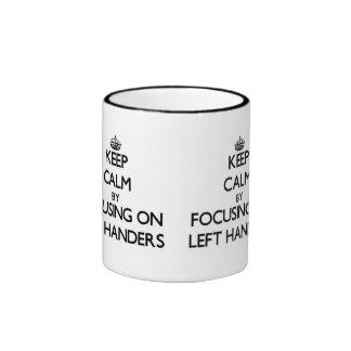 Guarde la calma centrándose en zurdos taza