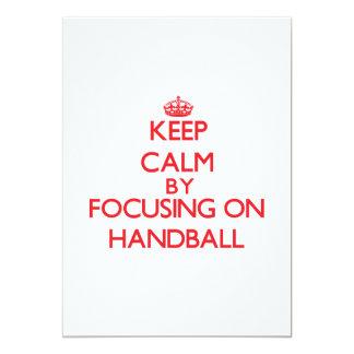 Guarde la calma centrándose encendido en balonmano invitación 12,7 x 17,8 cm