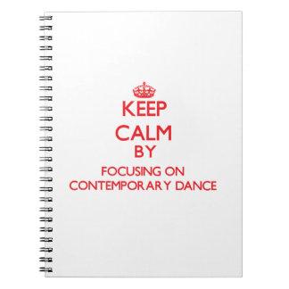 Guarde la calma centrándose encendido en danza con libros de apuntes con espiral