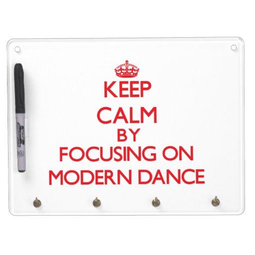 Guarde la calma centrándose encendido en danza mod pizarras blancas de calidad