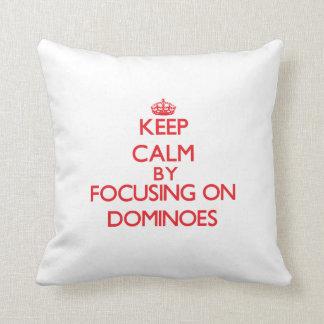 Guarde la calma centrándose encendido en dominós almohada