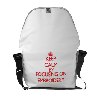 Guarde la calma centrándose encendido en el bordad bolsas de mensajería