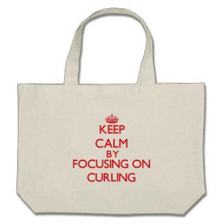 Guarde la calma centrándose encendido en encrespar bolsa