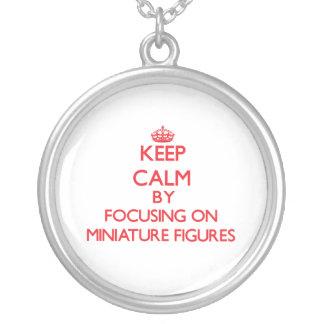 Guarde la calma centrándose encendido en figuras m pendientes personalizados