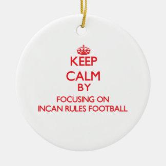 Guarde la calma centrándose encendido en fútbol adorno redondo de cerámica