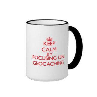 Guarde la calma centrándose encendido en Geocachin Tazas