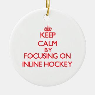 Guarde la calma centrándose encendido en hockey en adorno redondo de cerámica
