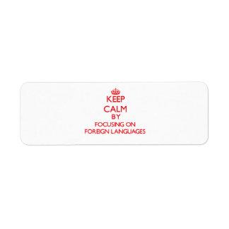 Guarde la calma centrándose encendido en idiomas e etiqueta de remite