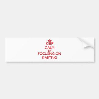 Guarde la calma centrándose encendido en Karting Pegatina De Parachoque