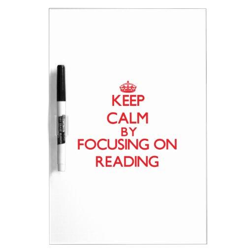 Guarde la calma centrándose encendido en la lectur tableros blancos