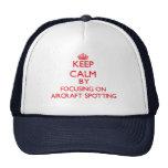 Guarde la calma centrándose encendido en la locali gorras de camionero