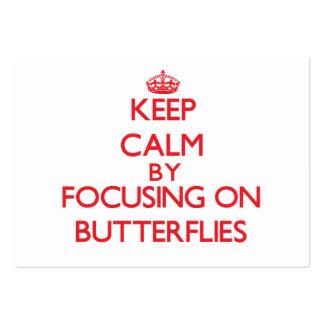 Guarde la calma centrándose encendido en mariposas plantilla de tarjeta de negocio