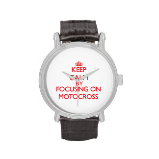 Guarde la calma centrándose encendido en motocrós reloj de mano