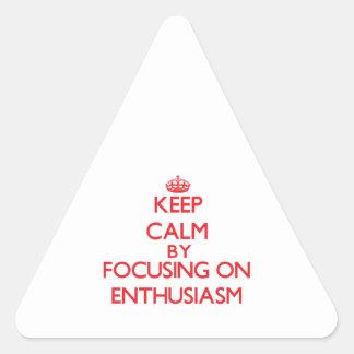 Guarde la calma centrándose encendido en pegatinas de triangulo personalizadas