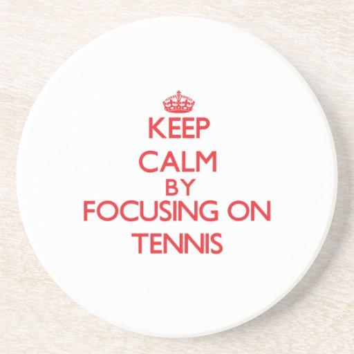 Guarde la calma centrándose encendido en tenis posavasos manualidades