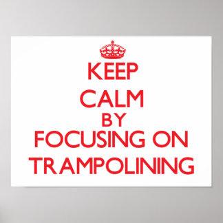 Guarde la calma centrándose encendido en Trampolin Poster