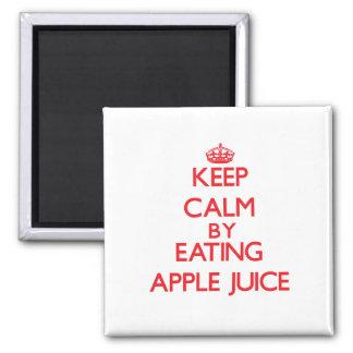 Guarde la calma comiendo el zumo de manzana iman