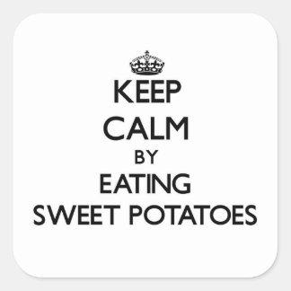 Guarde la calma comiendo las patatas dulces pegatina cuadrada