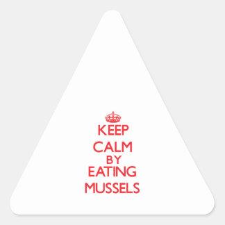 Guarde la calma comiendo los mejillones calcomanía trianguloada
