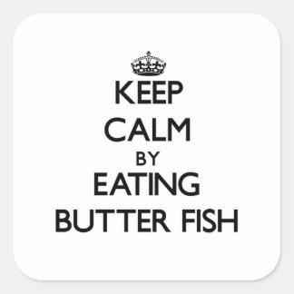 Guarde la calma comiendo pescados de la mantequill calcomanías cuadradass personalizadas