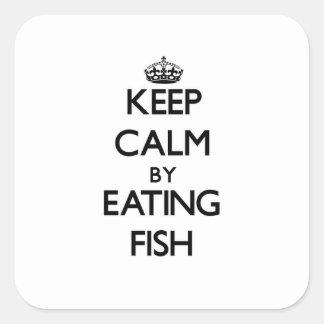 Guarde la calma comiendo pescados calcomanías cuadradas personalizadas