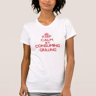 Guarde la calma consumiendo el asado a la parilla camisetas