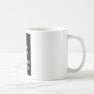 Guarde la calma e investigue dentro taza clásica