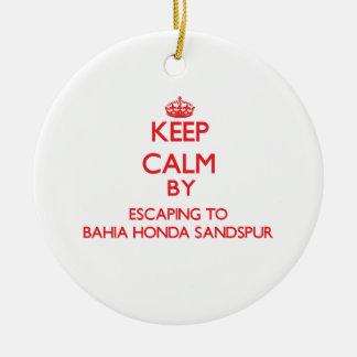 Guarde la calma escapándose a Bahía Honda Sandspur Adorno Redondo De Cerámica