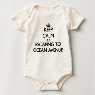 Guarde la calma escapándose a la avenida traje de bebé